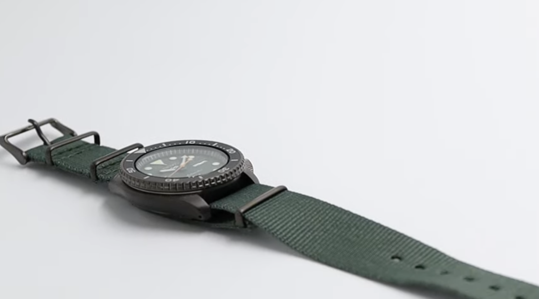 Seiko 5 laying flat green